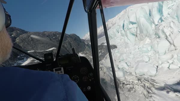 Hand-held shot of an airplane flying over an ice field in Alaska Royalty-free stock video