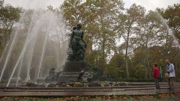 Brooklyn, New York City: Wide-angle shot of father and son admiring Bailey Fountain on overcast day Royalty-free stock video