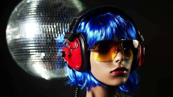 Rotating mannequin head wearing wig and headphones Royalty-free stock video