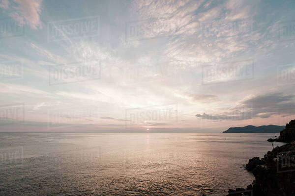 Sun setting above the ocean Royalty-free stock photo