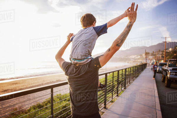 Father carrying son (6-7) on shoulders Royalty-free stock photo