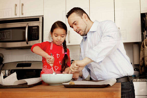 Father and daughter (4-5) making cookies Royalty-free stock photo
