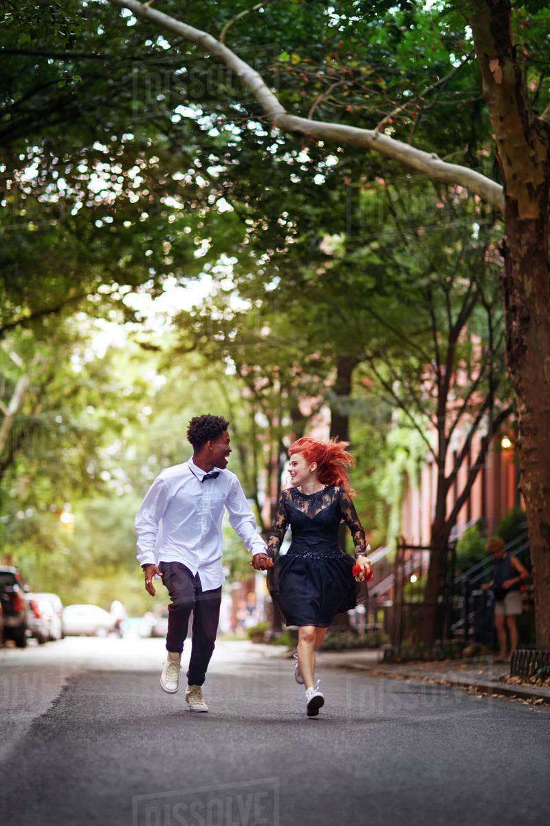 Couple running on street Royalty-free stock photo