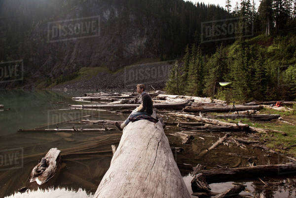 Man sitting on log at Blanca Lake Royalty-free stock photo