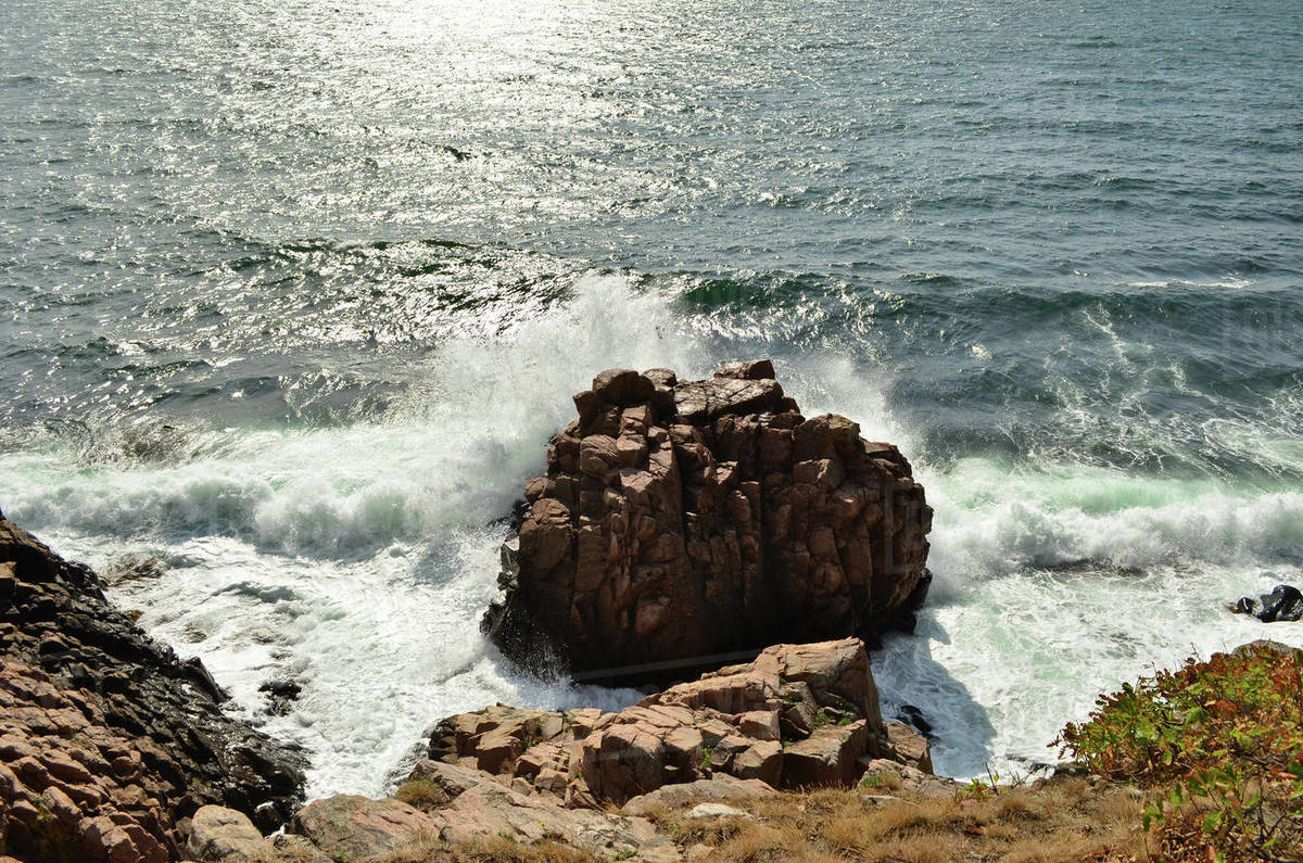 The wave is crashing on the rock near the coastline Royalty-free stock photo