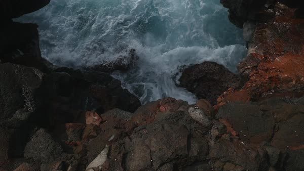 Tilt-up shot of a man standing on a cliff in Hawaii Royalty-free stock video