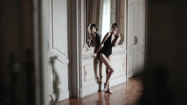 Hand-held wide shot of beautiful young woman in an elegant apartment Royalty-free stock video