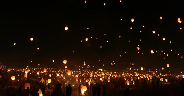 Wide shot of crowd releasing sky lanterns at the evening Royalty-free stock video