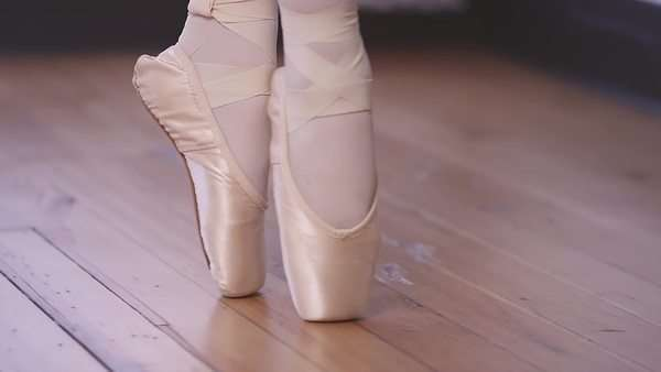 Close-up of a ballet dancer walking across a studio floor in pointe shoes Royalty-free stock video