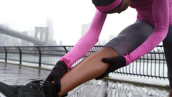 A woman gets ready to take a run in Brooklyn Bridge park in the rain Royalty-free stock video