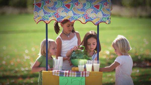 Little girls work together to pour lemonade. wide shot. Royalty-free stock video