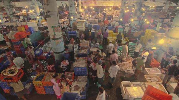 crowded fish market in India Royalty-free stock video