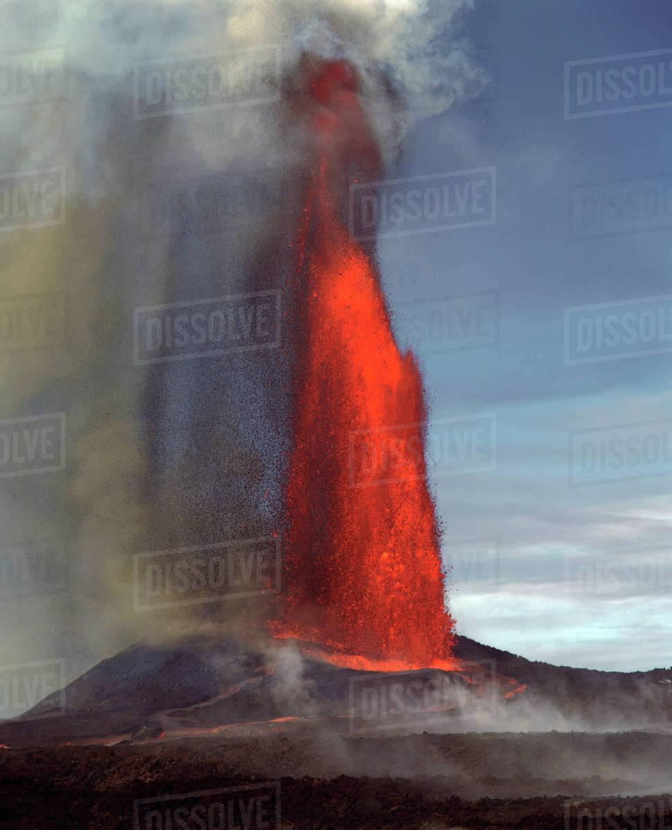 lava fountain pu u o o vent kilauea volcano hvnp island of