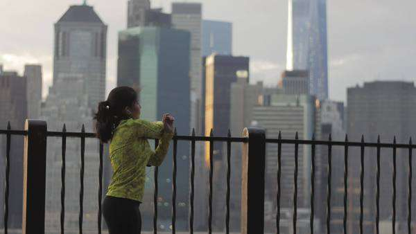 Intense female athlete getting ready to workout. Manhattan view. Royalty-free stock video