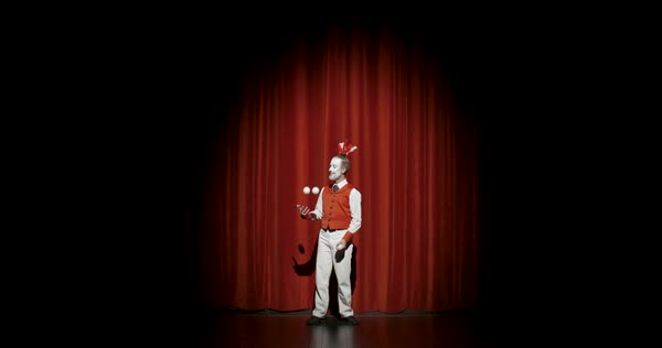 A male juggler performing tricks with juggling balls during his stage performance Royalty-free stock video