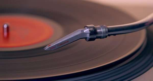 Placing DJ needle on spinning vinyl LP record player Royalty-free stock video
