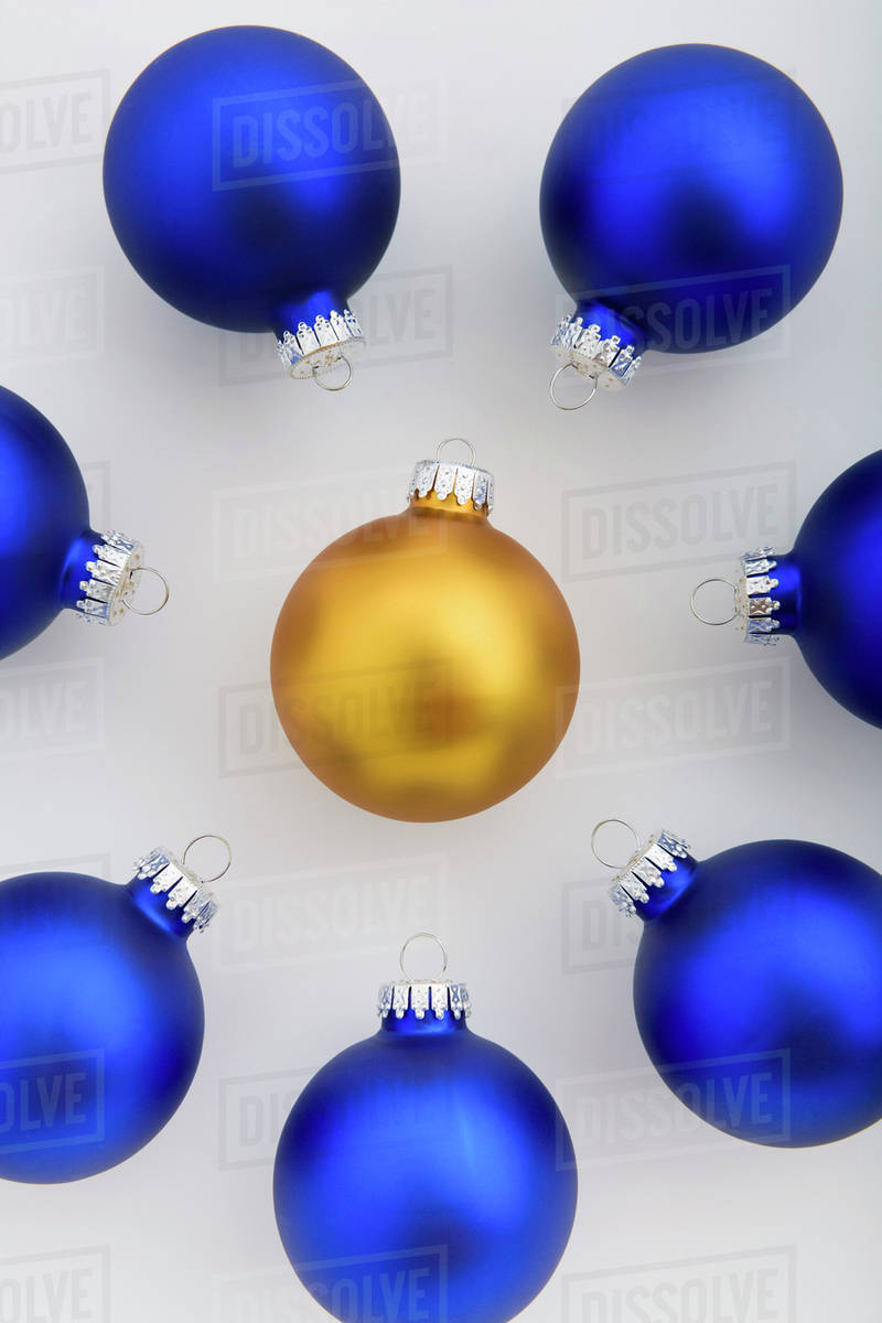 Christmas Tree Balls.Group Of Blue Christmas Tree Balls Placed In Circle With Gold Ball In The Middle Studio Portrait Stock Photo