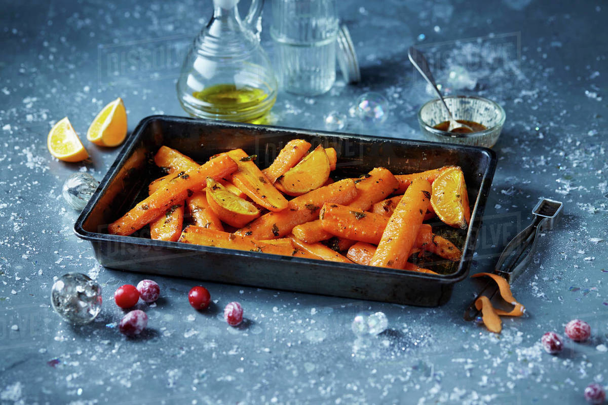 Christmas Dinner In A Tin.Roasted Carrots In Roasting Tin Seasonal Christmas Food Stock Photo