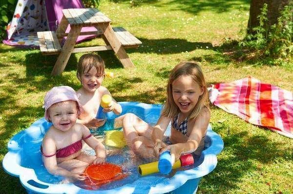 Children playing in wading pool Royalty-free stock photo